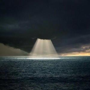 a través de la oscuridad viene la luz