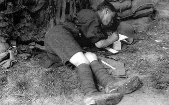 soldier-wriring-in-a-trench
