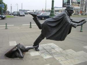 vaartkapoen-una-estatua-un-policia-belga-trop-L-aTX_FP